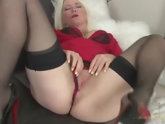 Golden-haired milf Amber Jewell in seamed stockings