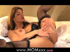 Mamma Mature MILF shows her experience