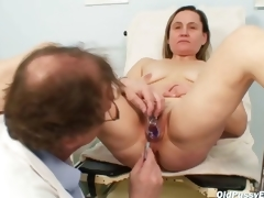 Mature Jaroslava gyno speculum cum-hole checkup at gyno clinic