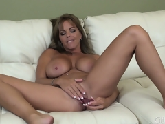 Cute lass Amber Lynn Bach is flossing her magnificent kitten